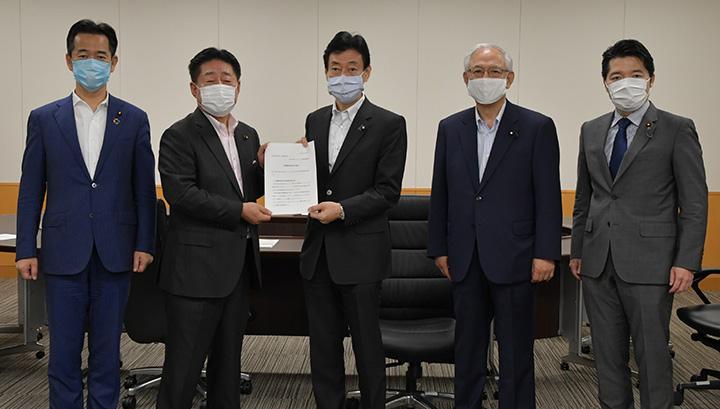 西村康稔経済再生担当相(中央)に要請する北側座長(左から2人目)ら=5月20日 内閣府