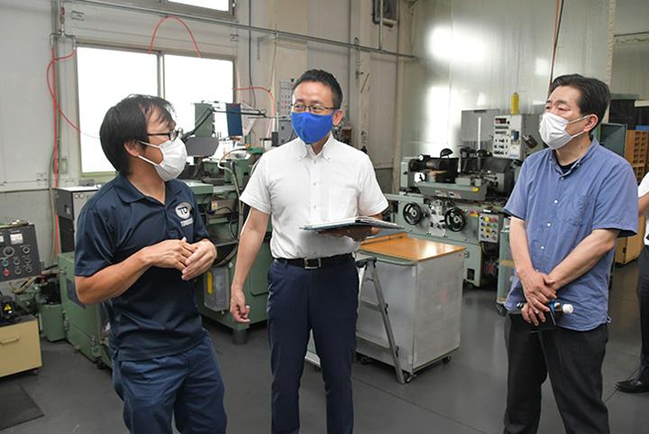 若杉専務取締役(左)から話を聴く伊藤(渉)氏(中)=3日 愛知・尾張旭市
